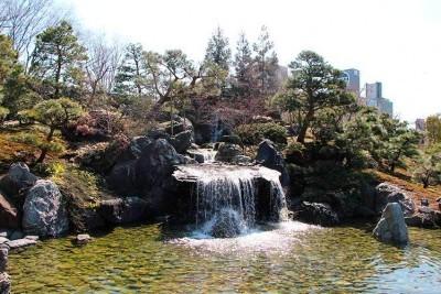 富山城址公園の日本庭園の滝