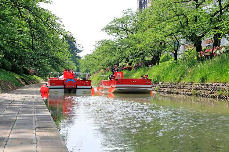 富山観光遊覧船(松川遊覧船)新緑の中をいく