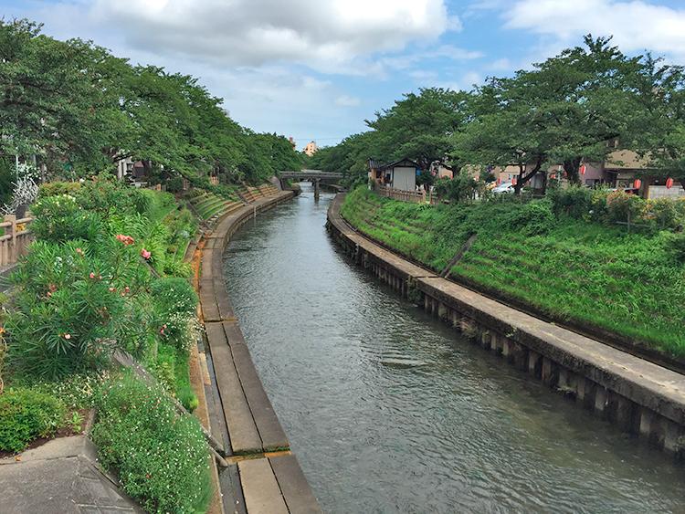 いたち川、蛍川の碑(左)付近