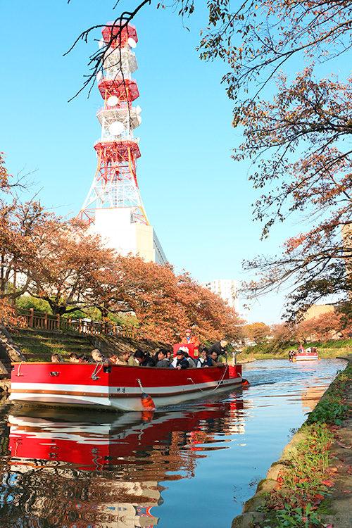 紅葉の中の松川遊覧船