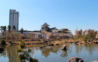 富山城址公園の日本庭園で富山城をのぞむ