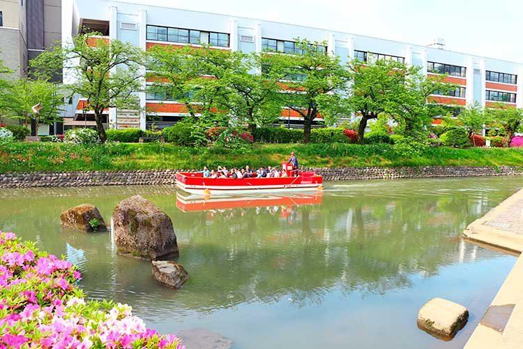 緑の中の松川遊覧船(親水のにわ)