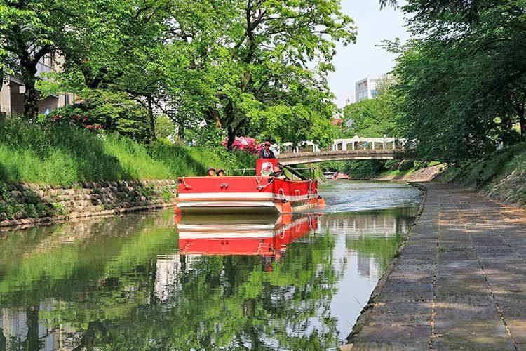 緑の中の松川遊覧船