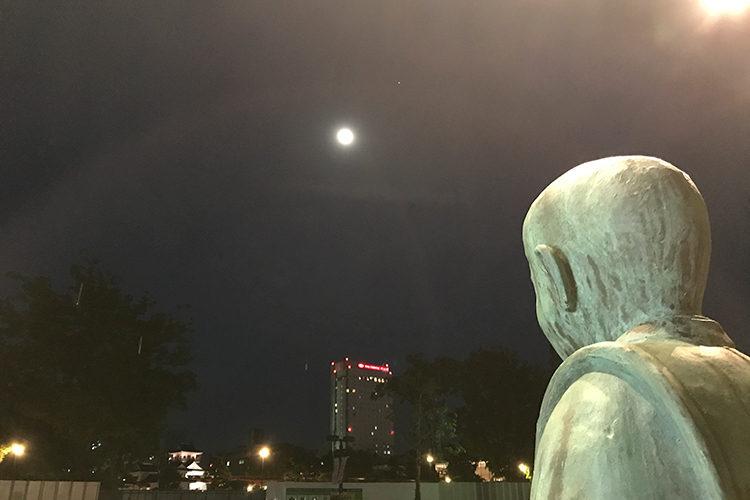 富山城の月を眺める滝廉太郎少年の像